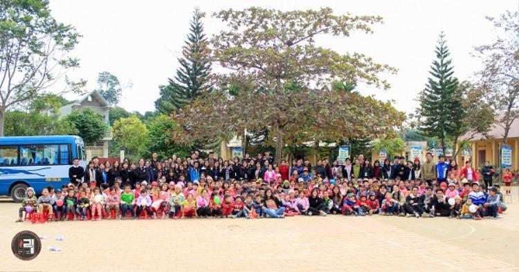 Thầy Nam rất thích tham gia các hoạt động tập thể cùng thành viên trong trường.