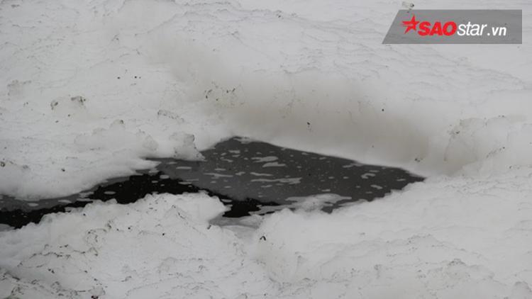 """Nước sủi bọt trắng xóa như """"dòng sông tuyết""""."""