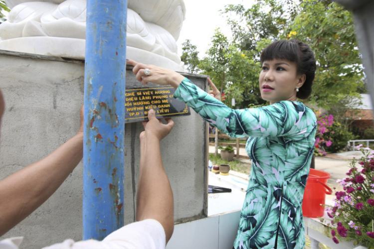 Nghệ sĩ Việt Hương cho biết những nghệ nhân tạc tượng cũng một lòng hướng về Phật nên đã làm bằng cả cái tâm của mình để cho ra đời một bức tượng sắc nét, vững chãi.