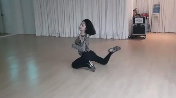 Hình ảnh Sulli trích từ clip nhảy mới nhất của cô.