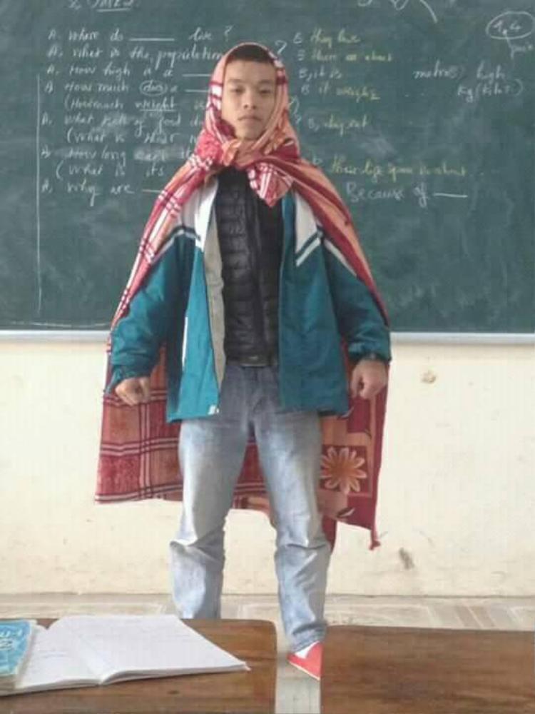 Cư dân mạng thích thú với hình ảnh Super man quấn chăn đi học của nam sinh