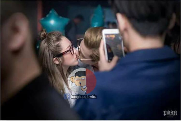 Phí Ngọc Hưng hôn say đắm cô gái lạ.