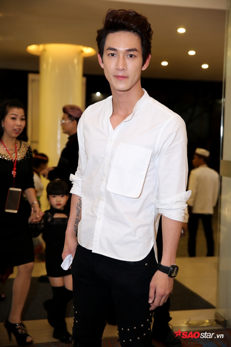 Ca sĩ/diễn viên Song Luân giản dị với áo sơ mi trắng cùng quần jean đen.