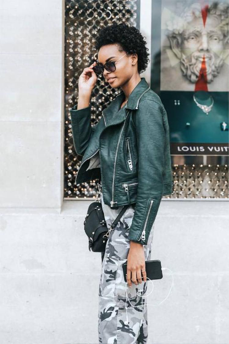 Không gì cá tính hơn khi họa tiết camo được phối với áo khoác da mạnh mẽ. Cùng một chiếc quần camo form rộng, nhưng khi kết hợp với chiếc áo khoác ngoài khiến khổ chủ cá tính và 'chất' hơn hẳn.