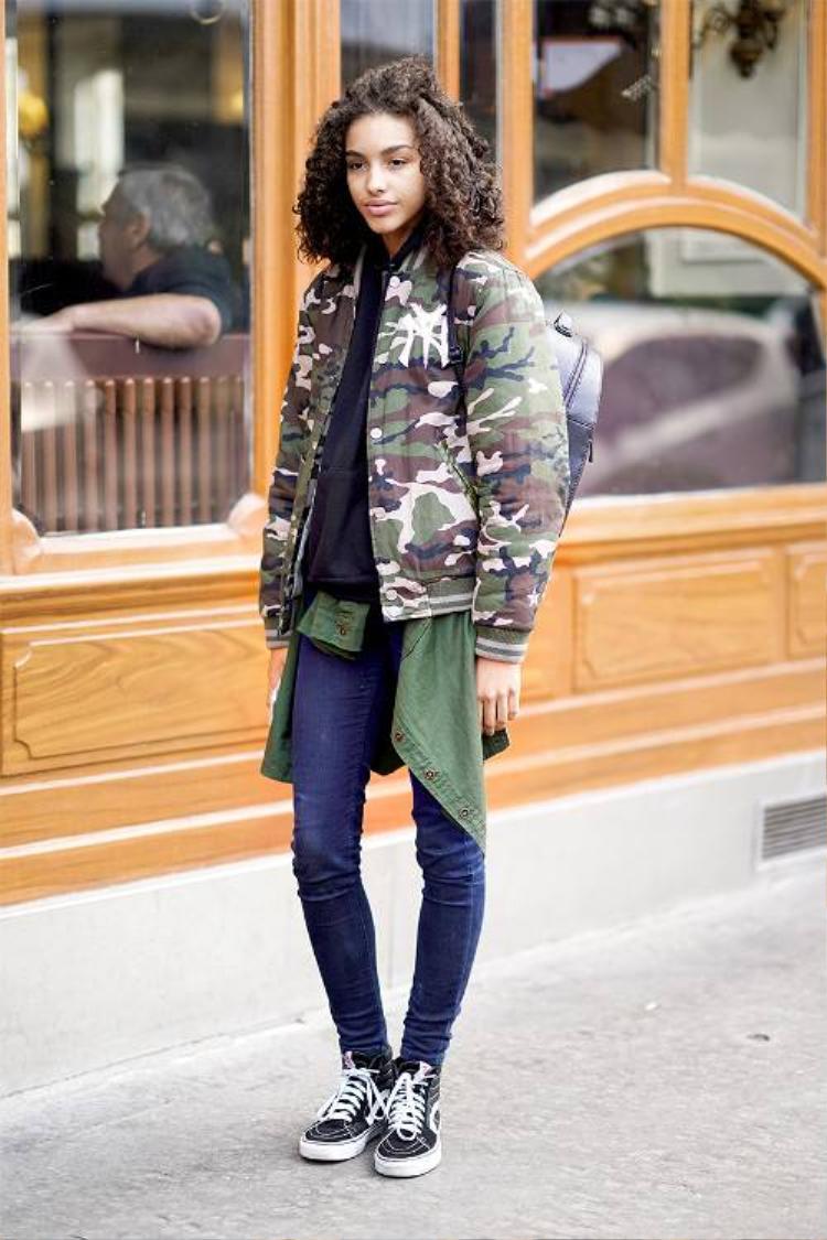 Khi kết hợp với họa tiết rằn ri, áo bomber sẽ mang đến người mặc sự khỏe khoắn và mạnh mẽ, cực kì cá tính, đặc biệt khi kết hợp với quần jeans.
