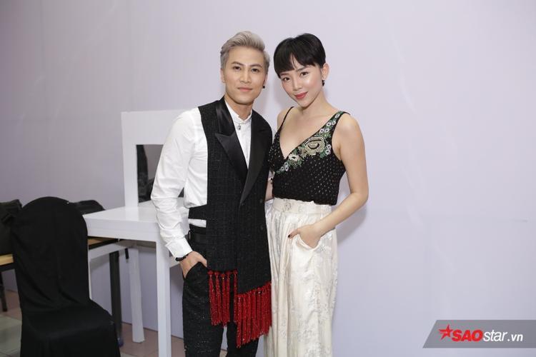 Tóc Tiên xuất hiện trong hậu trường, cô đến ủng hộ bạn thân Mai Tiến Dũng.