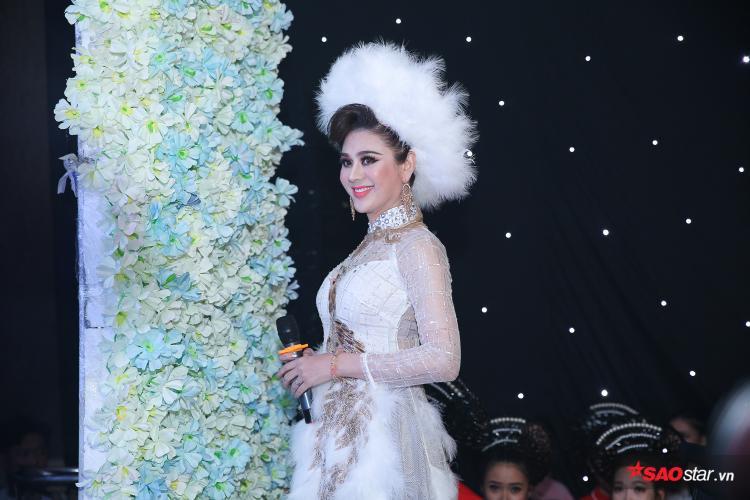 Trong khi đó, Lâm Khánh Chi diện áo dài long phụng bắt mắt, thu hút sự chú ý của tất cả khách mời.