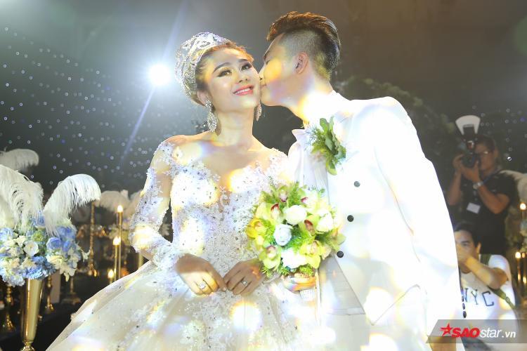 """Liền sau đó, """"công chúa"""" tiếp tục thay một bộ váy cưới màu trắng cực lộng lẫy."""