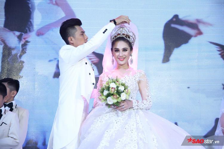 Trên sân khấu, ông xã Lâm Khánh Chi tận tình chăm sóc cô từng chút một.