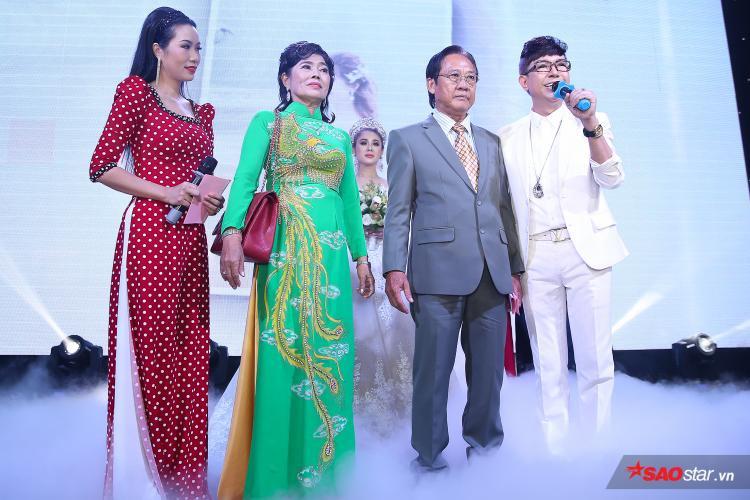 Bố mẹ Lâm Khánh Chi lên sân khấu và gửi lời cảm ơn toàn bộ quan khách đã đến tham dự. Bên cạnh đó, bố của người đẹp chuyển giới gây xúc động với bức thư tay dành cho con gái trước khi cô về nhà chồng.