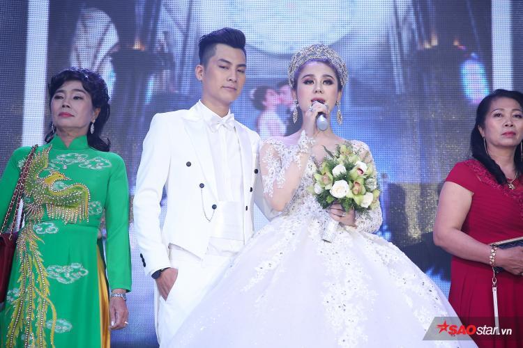 Lâm Khánh Chi xúc động chia sẻ trong tiệc cưới.