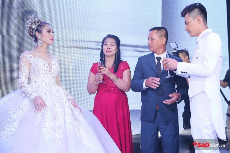 Công chúa Lâm Khánh Chi ngọt ngào, liên tục khóa môi ông xã điển trai Phi Hùng