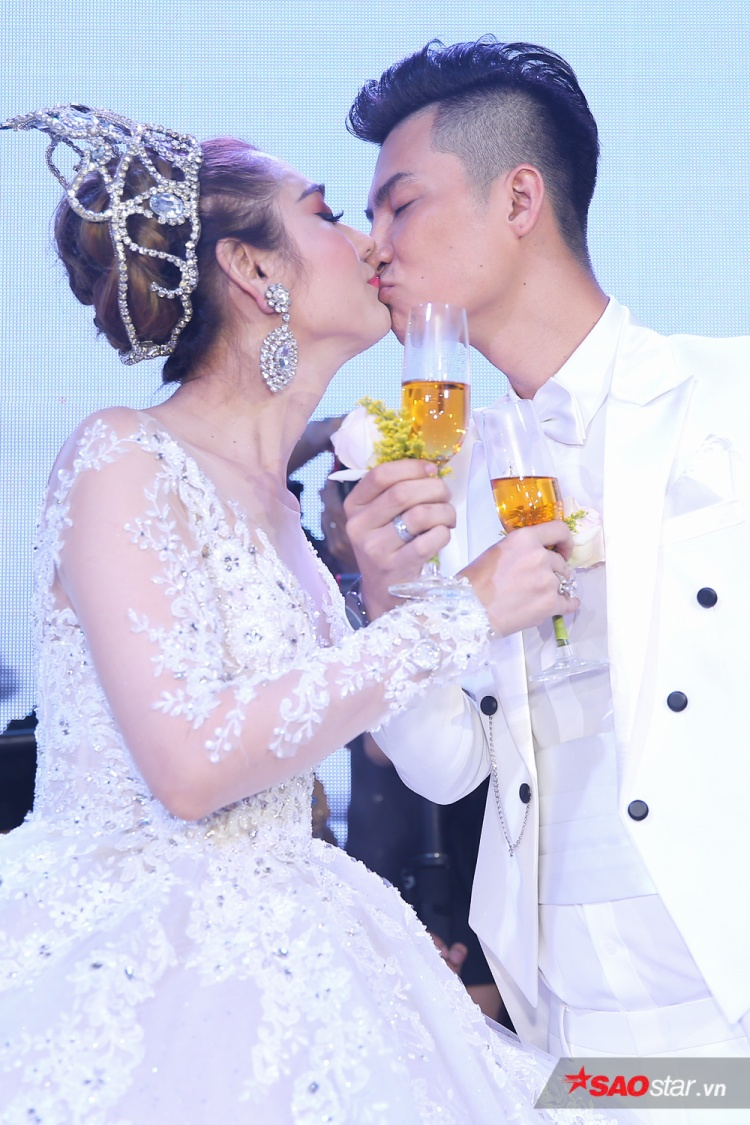 """Sau khi hoàn thành các thủ tục, Lâm Khánh Chi khiến nhiều người """"đỏ mặt"""" khi chứng kiến giây phút ngọt ngào, lãng mạn của hai vợ chồng."""