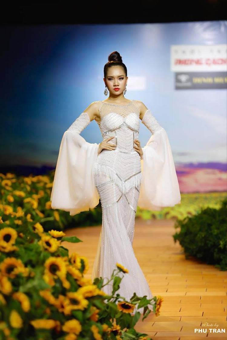 """Được biết show diễn này của NTK Tuấn Hải nằm trong BST """"Khổng tước quyền năng"""" trong chương trình Fashion show với chủ đề """"Đón xuân mới 2018 - Thời trang phong cách trẻ""""."""