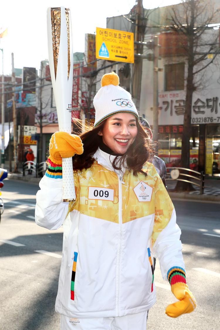 Khoác trên mình bộ trang phục thể thao, dưới thời tiết lạnh -10 độ, Thanh Hằng vẫn giữ cho mình một thần thái đẹp rạng rỡ cũng như tinh thần làm việc chuyên nghiệp nhất.