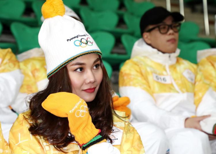 Trời lạnh -10 độ, Thanh Hằng vẫn đẹp rạng rỡ đi rước đuốc ở Thế vận hội mùa đông 2018