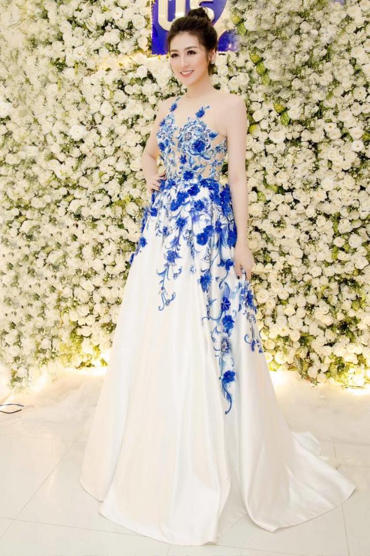 Cũng với kiểu tóc búi, á hậu Tú Anh khoe vẻ đẹp không tỳ vết tại sự kiện.