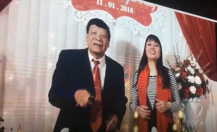 """Chia sẻ về đám cưới này, ca sĩ Hoàng Hiếu cho biết: """"Chưa bao giờ gặp quả bố mẹ 2 bên bá đạo như nhà này. Xem đi xem lại 100 lần mà vẫn cười gần chết. Chú rể nổi tiếng trên mạng là thánh chế clip Nhật Anh, thảo nào bố mẹ bá đạo thế""""."""