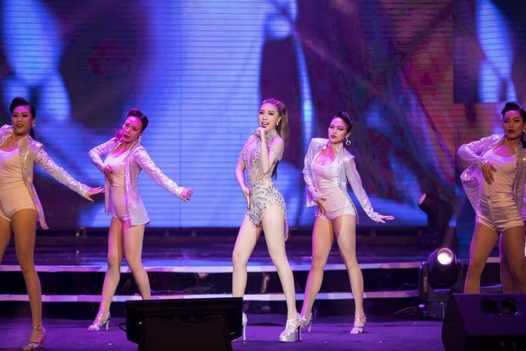Bộ trang phục giúp cô thêm phần toả sáng trên sân khấu.