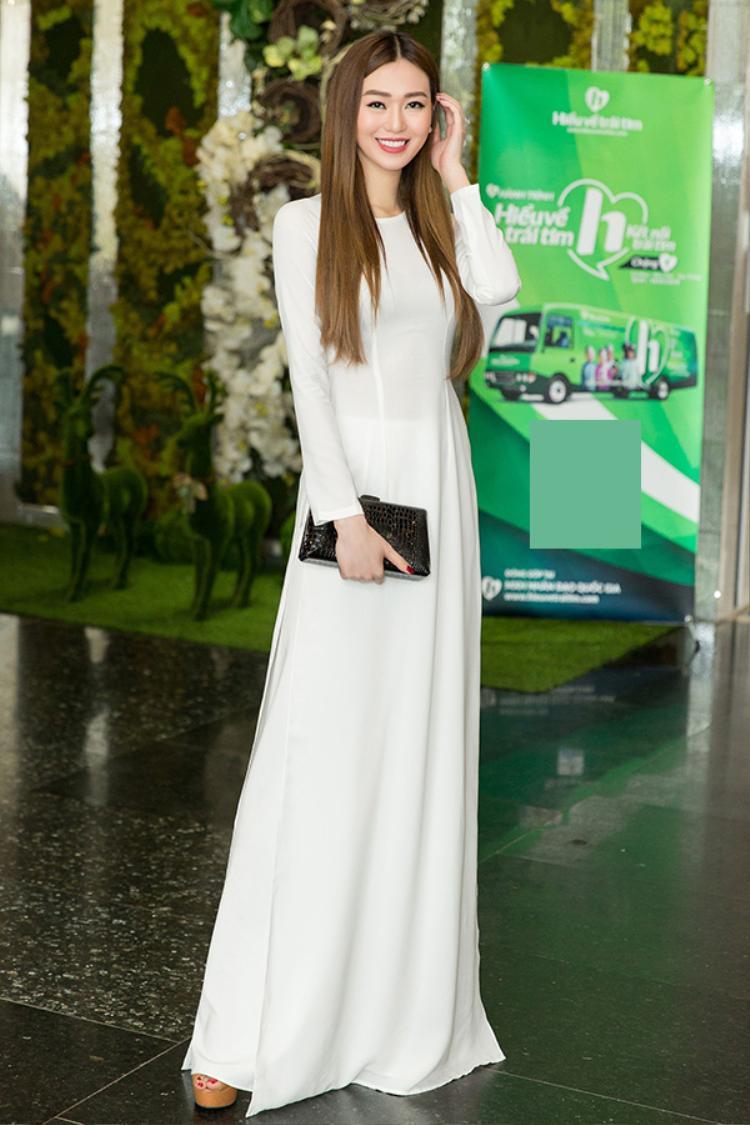 Không cần phải váy vóc cầu kì, Khánh My vẫn toát lên vẻ đẹp dịu dàng, cực thu hút.