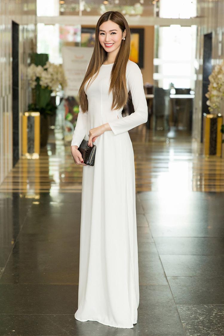Khánh My cũng chọn áo dài trắng cổ tròn để tôn lên vẻ đẹp thướt tha của mình. Người đẹp để tóc suôn thẳng lộ ra gương mặt xinh đẹp không tì vết,