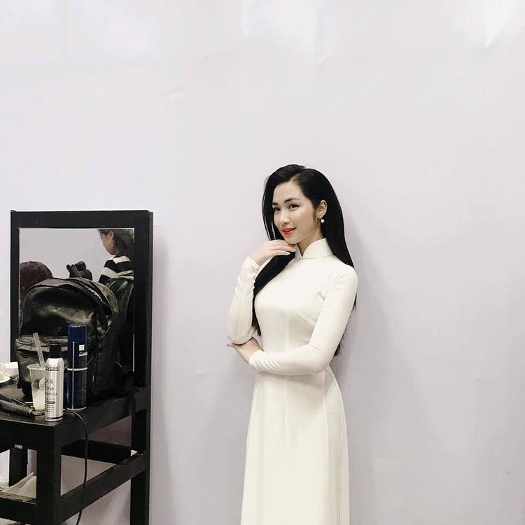 Một lần khác, Hòa Minzy lại cho thấy vẻ đẹp dịu dàng e ấp khi diện áo dài trắng với mái tóc đen tuyền.