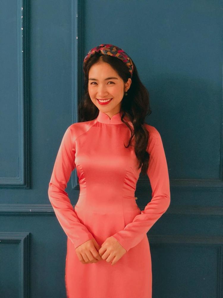 Áo dài hồng pastel giúp cô nàng trở nên tươi trẻ, rạng rỡ hơn.