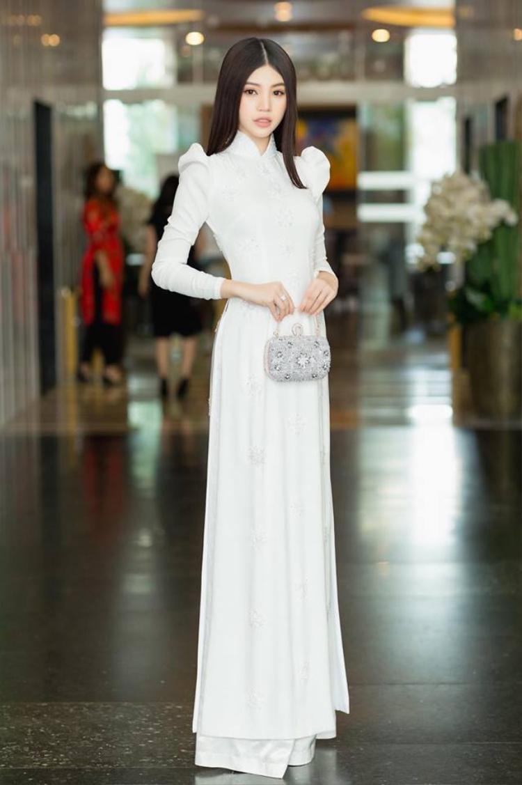 Jolie Nguyễn xinh đẹp tuyệt đối với tà áo dài trắng đằm thắm có thiết kế vai bồng.
