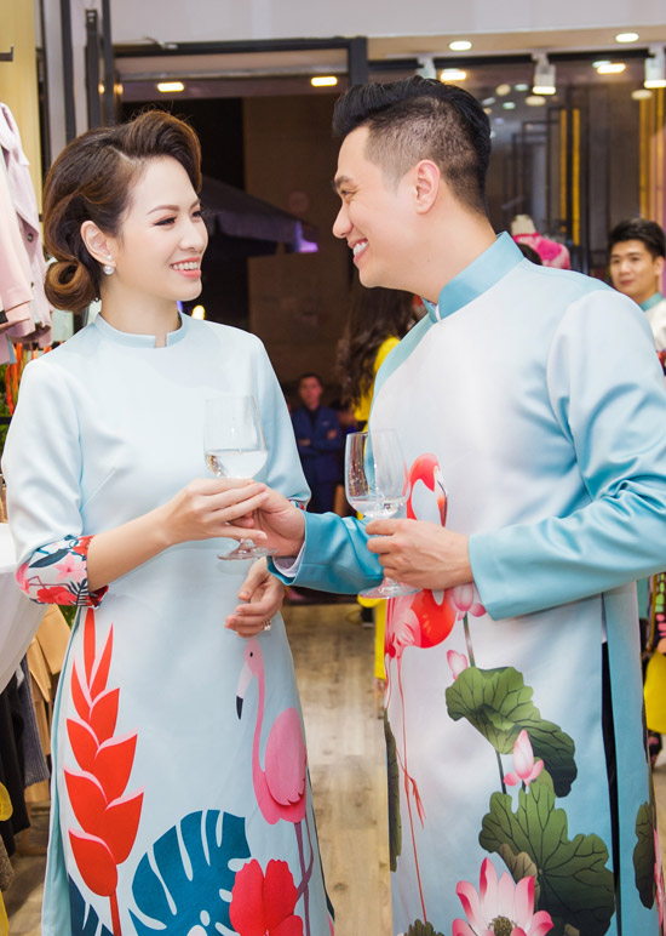 Hai diễn viên nổi tiếng trong bộ phim Người phán xử: Đan Lê và Việt Anh cũng vừa diện trang phục áo dài cách tân, rạng rỡ tham dự một sự kiện.