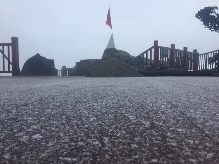 Du khách đang du lịch tại núi Fansipan cho biết, mưa tuyết với cường độ nhẹ, thời gian kéo dài chỉ khoảng 1 phút, bông tuyết rơi thưa.