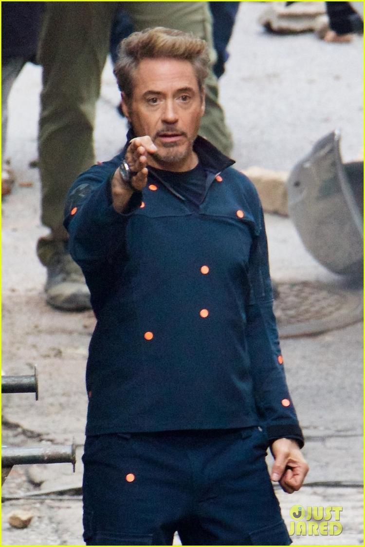 Robert Downey Jr khoác lên mình bộ vest của S.H.I.E.L.D