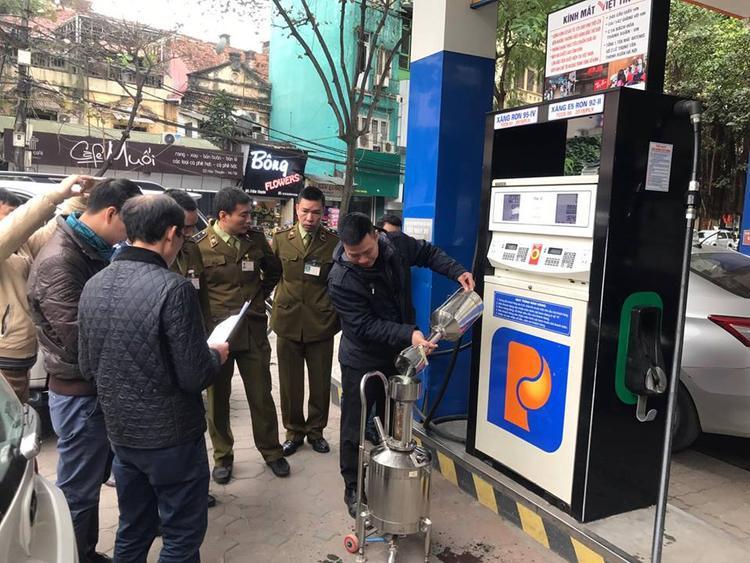 Lực lượng chức năng tiến hành đo kiểm tra cây xăng.