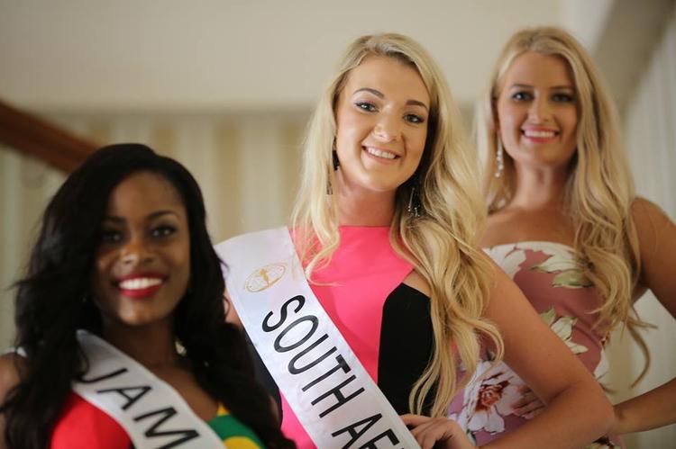 """Đại diện Nam Phi (giữa) cũng có khuôn mặt to, không cân đối, thân hình cũng """"đồ sộ""""."""