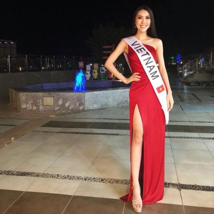 Tường Linh đã chính thức bắt đầu cuộc hành trình ở Hoa hậu Liên lục địa 2017 đang diễn ra ở Ai Cập. Trong một sự kiện mở màn chào đón tất cả các thí sinh, đại diện Việt Nam bất ngờ xuất hiện trong bộ cánh có tông đỏ nổi bật.