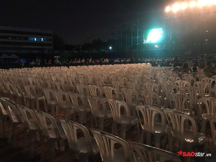 Hàng ghế VIP cũng lâm vào tình cảnh tương tự. Đây là điều mà nhiều khán giả đã lường trước được ngay khi poster Làn Sóng Xanh 20 thiếu vắng những cái tên tiêu biểu được công bố.