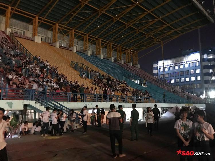 Dường như dàn sao tối nay không đủ để sân vận động QK7 được lấp đầy.