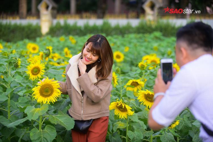 Nhiều người thích thú kéo đến chụp ảnh cùng hoa.