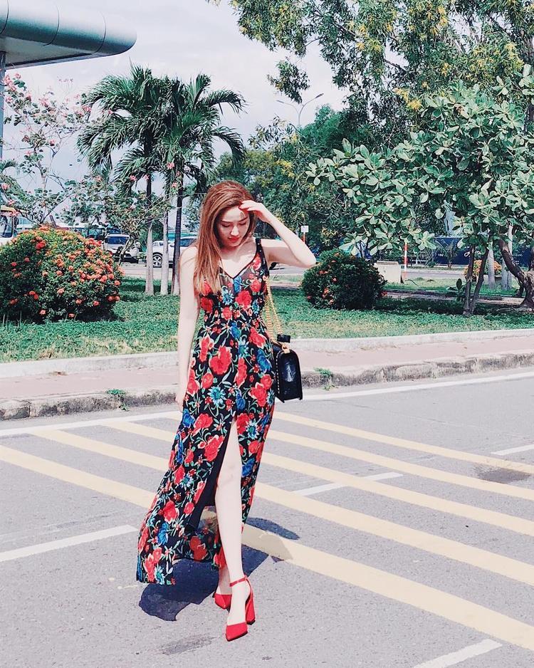 Trái ngược với Tóc Tiên, Bảo Thy lại vô cùng nữ tính với váy hoa xẻ tà dài. Họa tiết sắc đỏ nổi bật giúp tôn lên làn da trắng mịn của nữ ca sĩ. Bên cạnh đó, cách phối phụ kiện giày cùng màu trang phục cũng được nhiều tín đồ thời trang đánh giá cao.