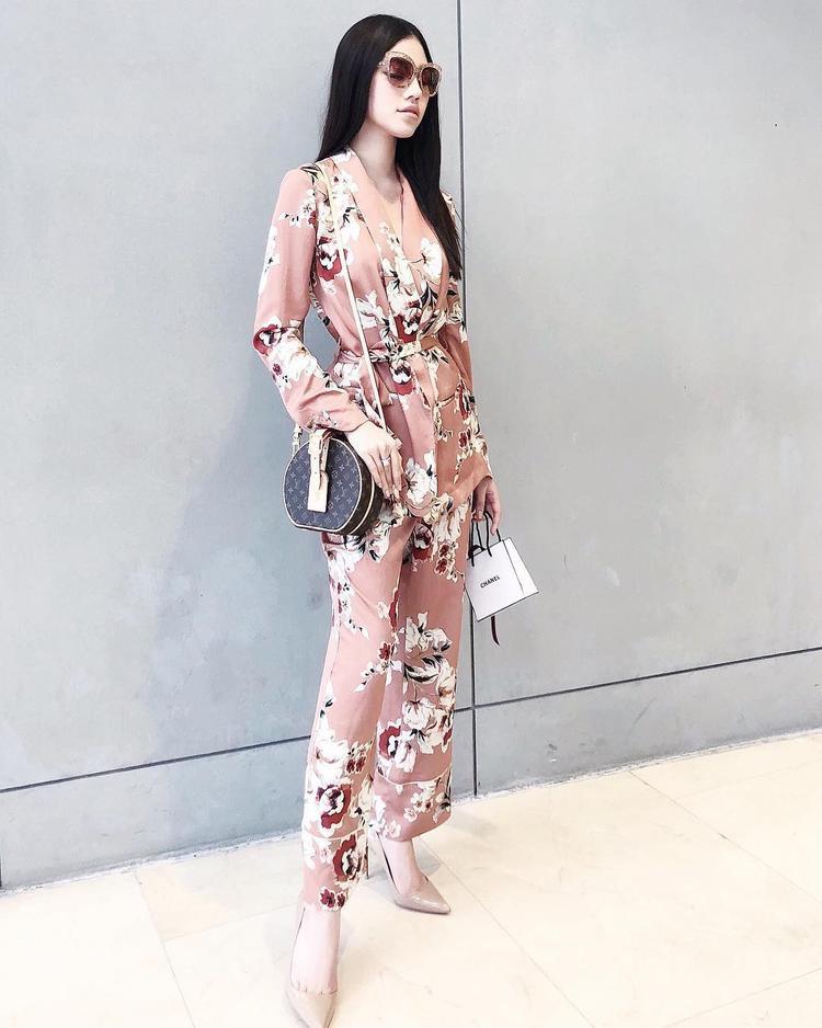"""Cả cây trang phục gam màu nude nhẹ nhàng đã đủ khiến Jolie Nguyễn """"hớp hồn"""" người đối diện. Thế nhưng, cô nàng vẫn tiếp tục chứng tỏ đẳng cấp thời thượng khi phối cùng túi xách dạng tròn lạ mắt, thuộc phiên bản giới hạn của nhà mốt Louis Vuitton."""