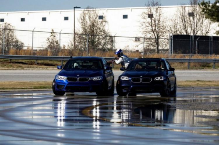 Mặt đường được làm ướt để giảm ma sát cho bánh xe và tạo nên những cú drift ấn tượng.