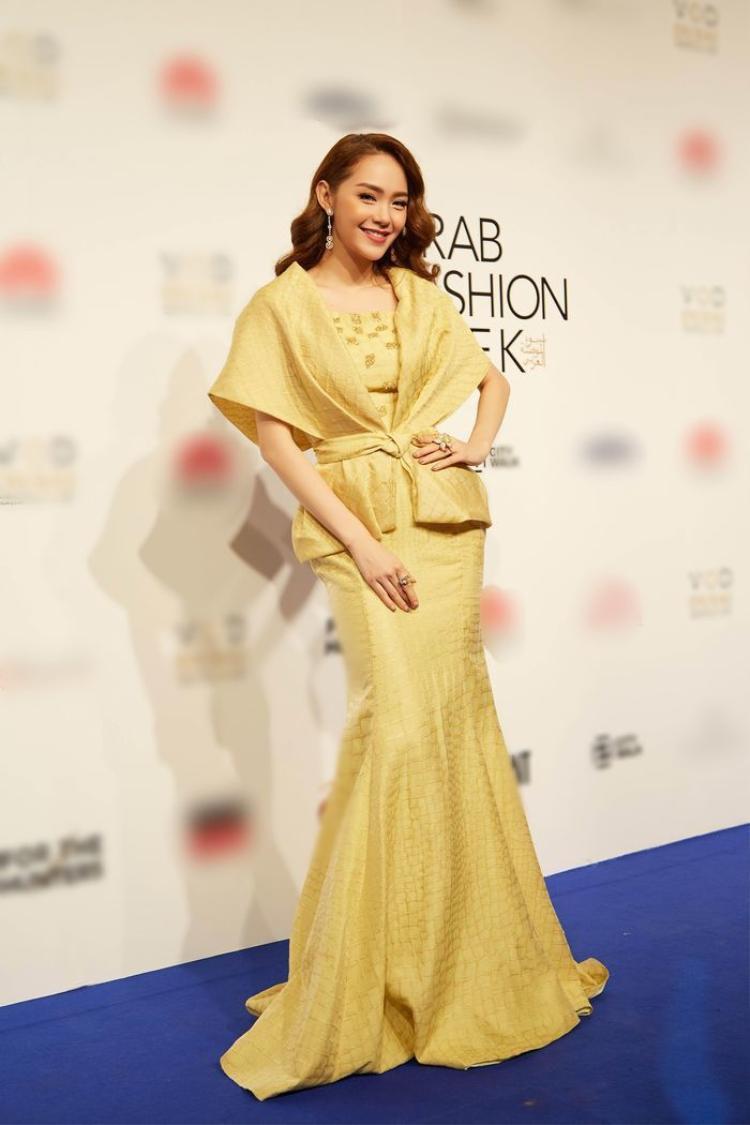Trong khi đó tại khuôn khổ tuần lễ thời trang Arab Fashion Week vào cuối năm 2017, Minh Hằng đã diện thiết kế này, đây là thiết kế mới nhất từ bộ sưu tập NTK Phương My. Minh Hằng không kém cạnh đàn em trên thảm đỏ, khi thể hiện thần thái sang chảnh, rực rỡ. Đặc biệt, Minh Hằng còn mạnh tay đầu tư bộ trang sức kim cương trị giá gần 20 tỷ của thương hiệu Damian by mischelle.