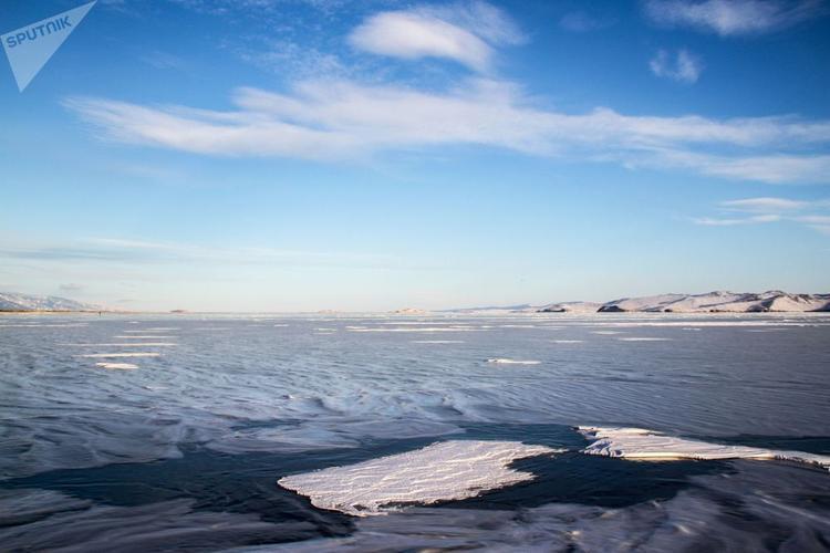 Trên mặt hồ, có những nơi băng dày đến 150cm, tao ra khung cảnh trắng xóa vô cùng lãng mạn.Nhiếp ảnh gia của Sputnik đã nhanh tay ghi lại được những khoảnh khắc tuyệt đẹp hiếm có trên hồ nổi tiếng này.