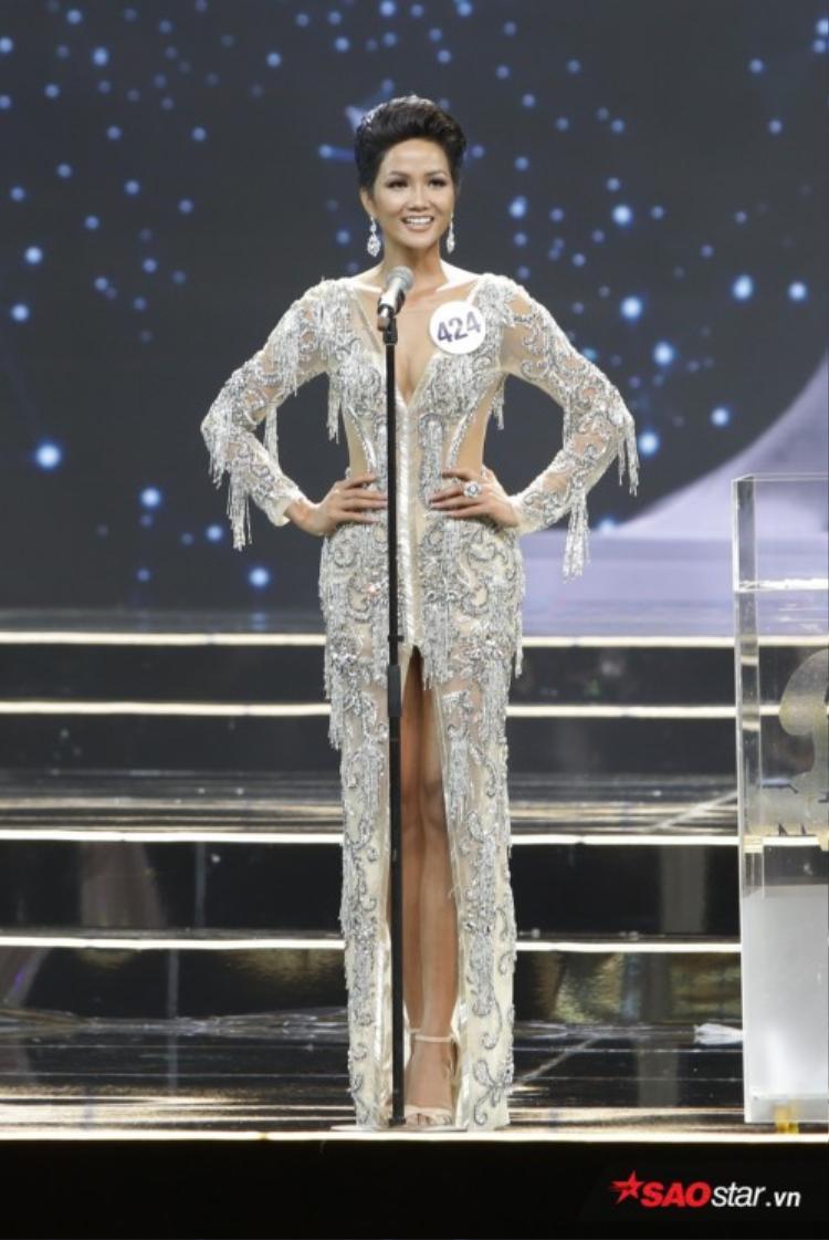 Cô nàng có hai phần thi ứng xử đầy thuyết phục trên sân khấu Hoa hậu Hoàn vũ Việt Nam 2017.