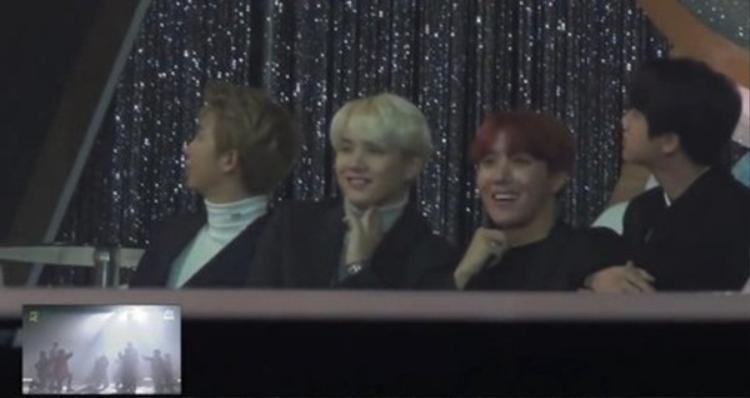 RM (ngoài cùng bên trái) ngồi bất động nhìn màn hình từ đầu đến cuối.