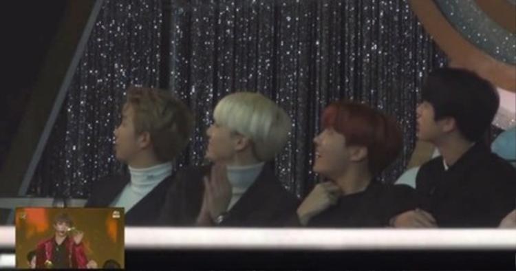 Khi đến phân đoạn của Kang Daniel, tất cả đều hướng lên màn hình để nhìn cho rõ hơn.
