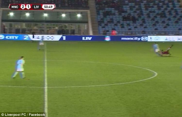 Sao trẻ Liverpool phải thở Oxy, rời sân trên cán trong màn đại chiến với Man City