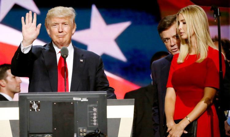 Ông Donald Trump phát biểu trong một sự kiện tranh cử năm 2016, bên cạnh ông là con gái Ivanka Trump - Ảnh: Reuters