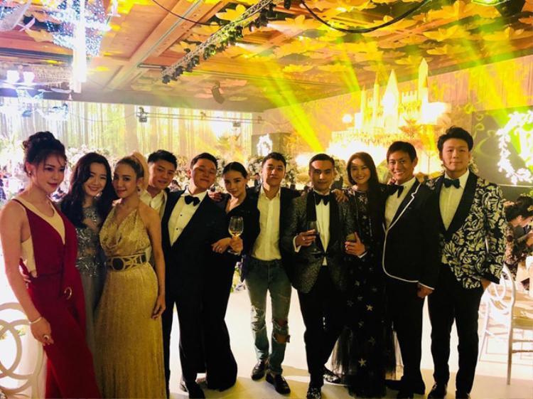 Seung Ri chụp hình cùng dàn khách mời đình đám tại đám cưới.
