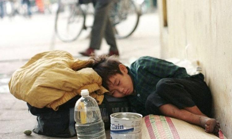 Trẻ bụi đời là mục tiêu của những kẻ buôn người (ảnh minh họa). Với lợi nhuận khổng lồ của cần sa, các băng nhóm sẽ tiếp tục bán trẻ em Việt sang Anh để làm nô lệ. Ảnh:Reuters.