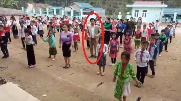 Thầy Thành (khoanh đỏ) cũng trực tiếp ra nhảy cùng học sinh
